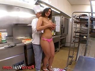 La serveuse beurette baise avec le chef dans son resto !!! French amateur